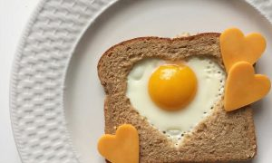 In a nationally representative cohort with 17 to 23 years of follow-up, skipping breakfast was associated with a significantly increased risk of mortality from cardiovascular disease. Our study supports the benefits of eating breakfast in promoting cardiovascular health.